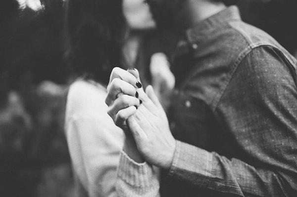 Đàn ông hầu hết đều khó lòng cưỡng lại những lời cám giỗ, tán tỉnh từ phụ nữ
