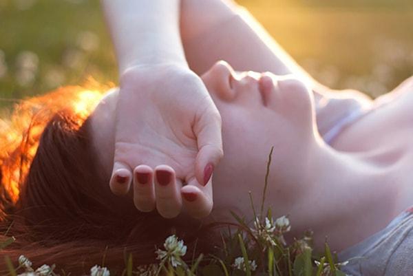 Đừng chịu tất cả những đau khổ một mình, hãy tìm đến một người tin cậy để được an ủi, động viên