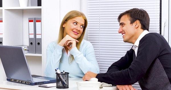 Yêu người cùng văn phòng làm việc cũng sẽ không tránh khởi vài rắc rối