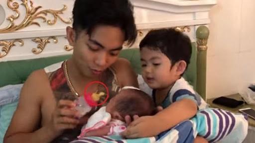 Ông bố trẻ Phan Hiển từng bị chỉ trích việc chăm con uống sữa